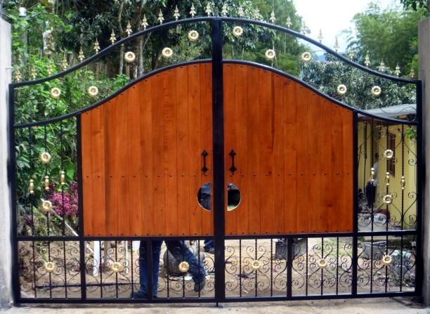 Pin portones corredizos hierro madera hogar muebles for Modelos de portones de hierro y madera